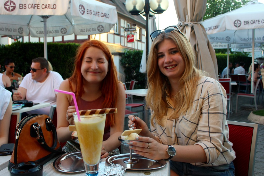 Luisa and Izzy at the eiscafe