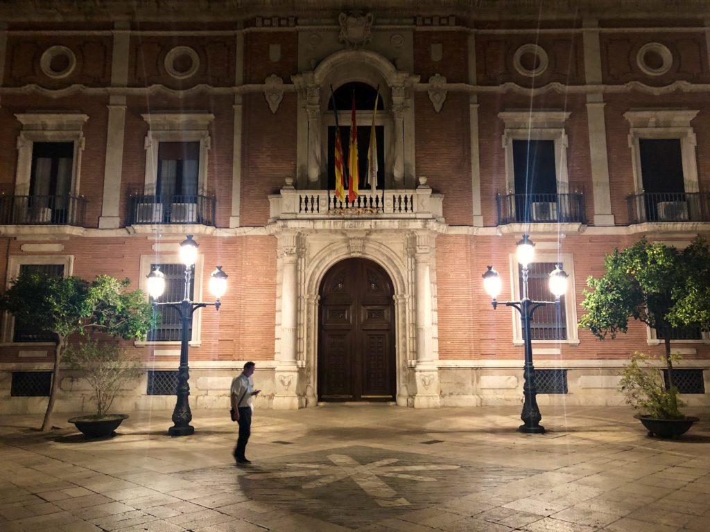 A façade by night